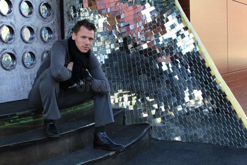 лестница человека сидя стоковые изображения rf