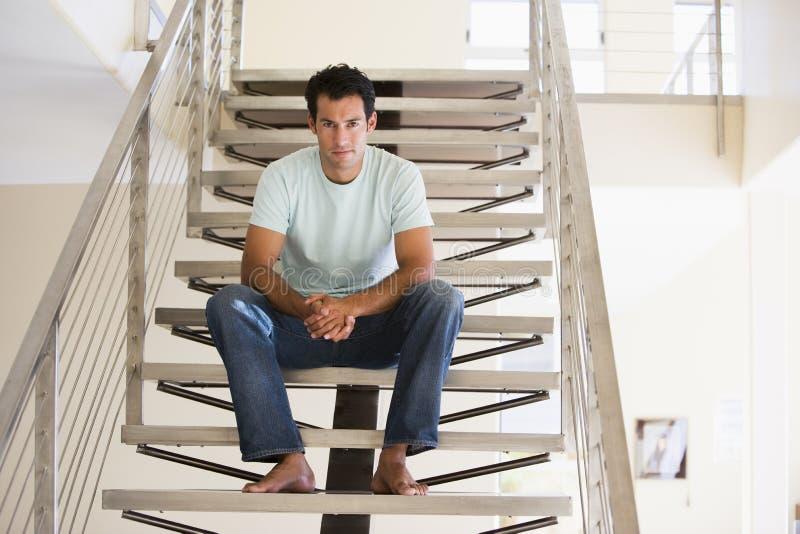лестница человека сидя стоковое изображение
