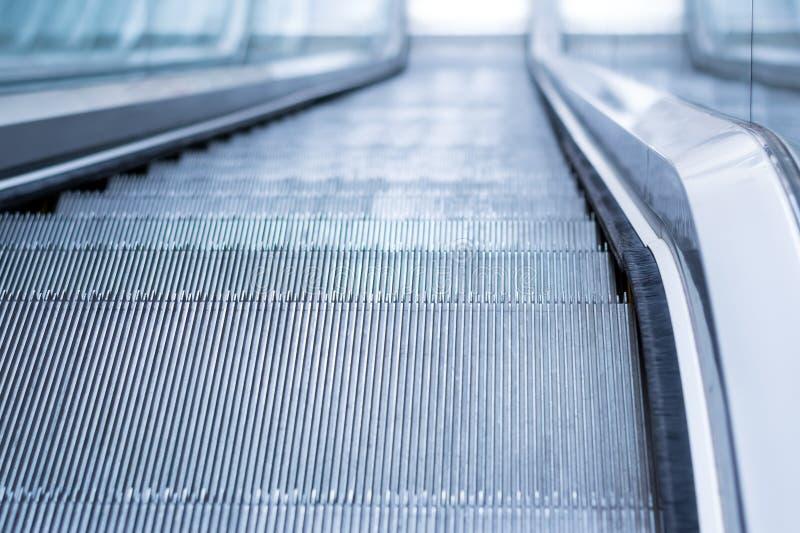 Лестница эскалатора делового центра идя вниз стоковые фотографии rf