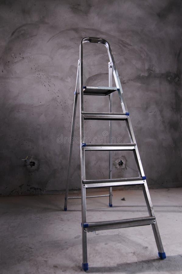 Лестница stepladder в комнате стоковые фото