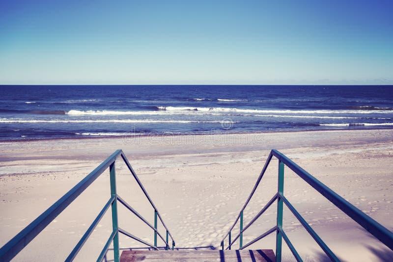 Лестницы водя к пустому пляжу стоковая фотография