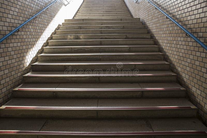Лестницы в станции метро в Японии стоковое изображение rf