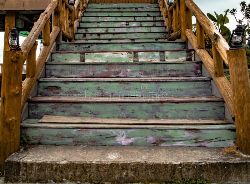 Лестницы года сбора винограда и Teak деревянные стоковые фотографии rf