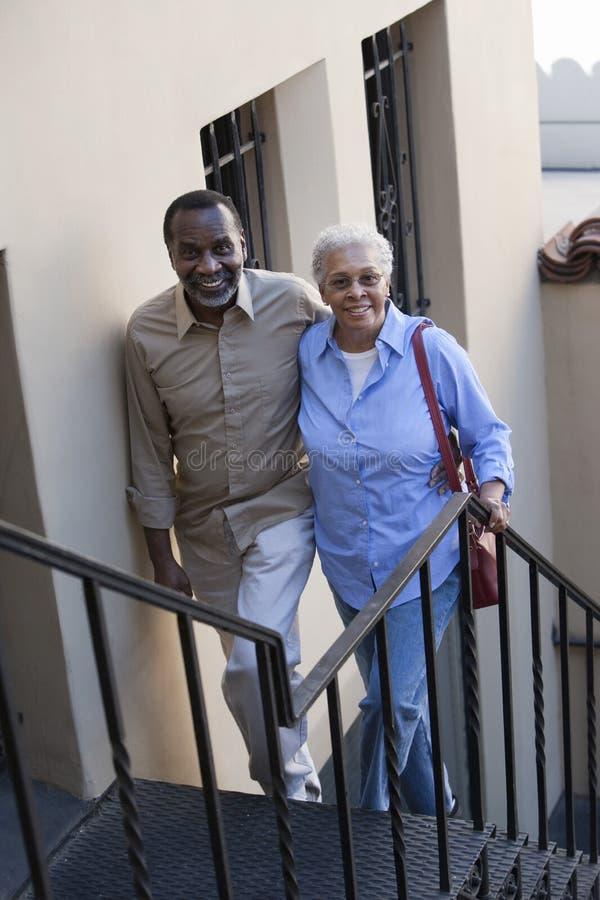 Лестницы зрелых пар взбираясь стоковая фотография rf