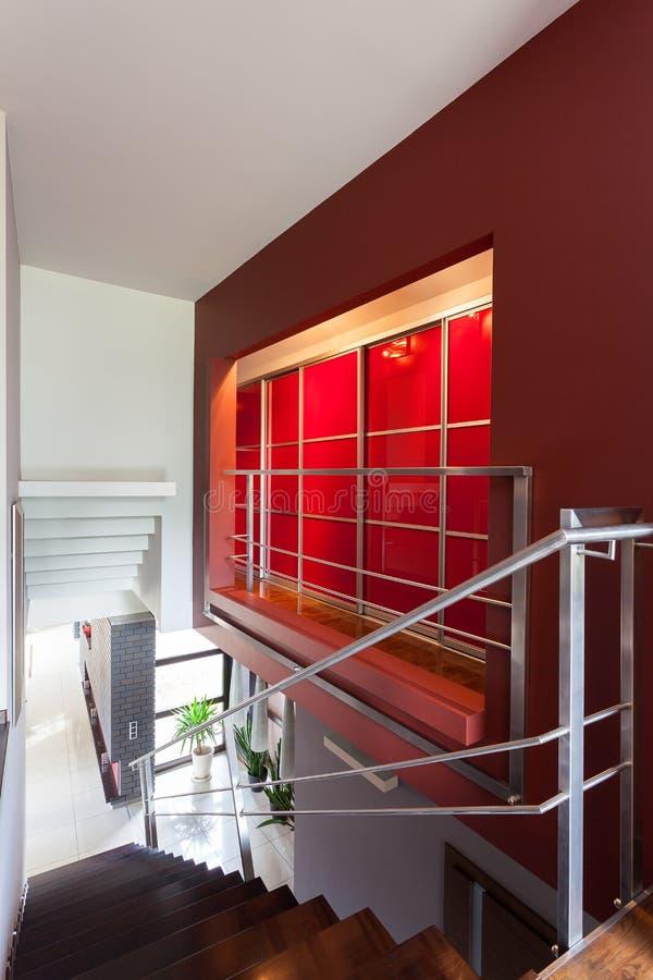 Лестницы и красная стена стоковые изображения rf