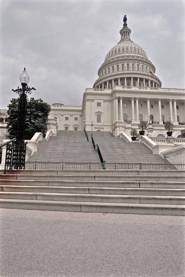 Лестницы и купол здания капитолия США стоковое фото rf