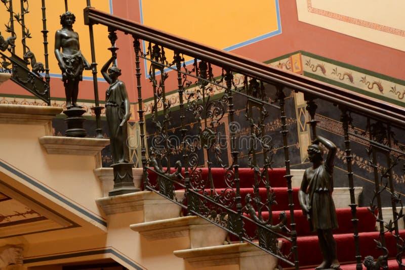 Лестницы и статуи стоковые изображения