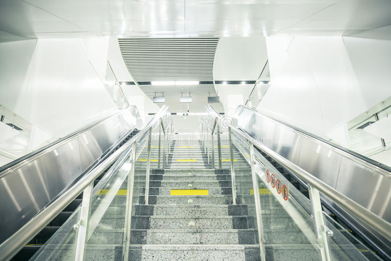 Лестницы и эскалатор метро стоковые изображения rf