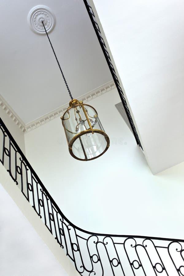 Лестницы и люстра стоковое изображение
