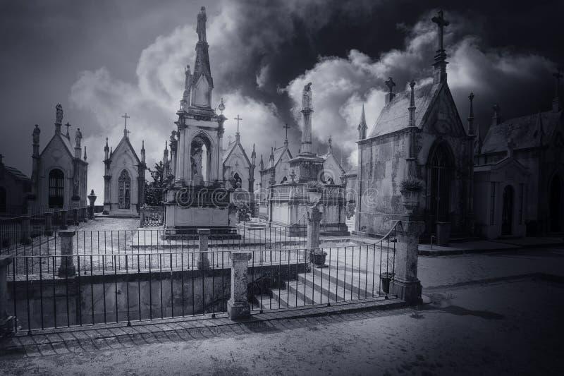 Лестницы кладбища загадочные стоковая фотография rf