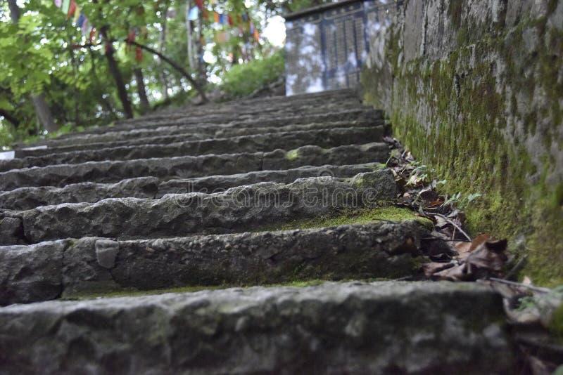Лестницы к верхней части горы около виска стоковое изображение rf