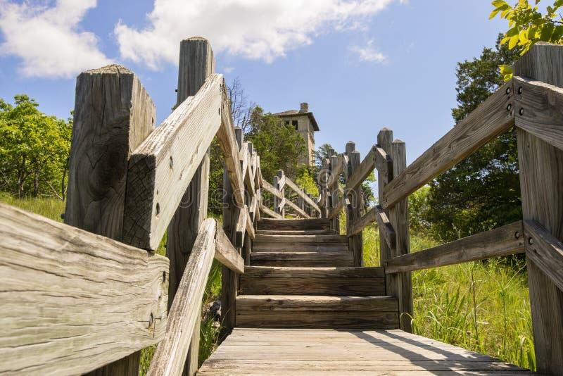 Лестницы к водонапорной башне Ha Ha Tonka стоковая фотография rf