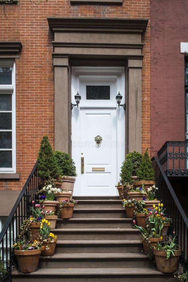 Лестницы к входу старой квартиры, Нью-Йорка стоковое фото