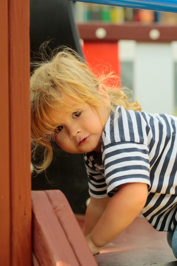 Лестницы милого ребёнка взбираясь в театре стоковые фотографии rf