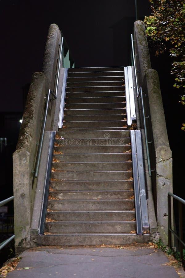 Лестницы моста в темноте стоковое изображение