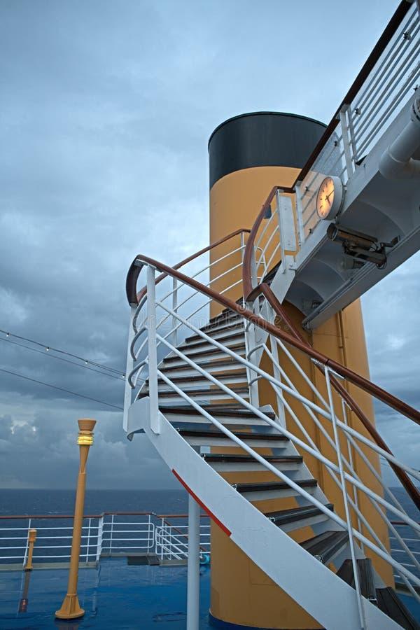 Лестницы на палубе туристического судна стоковое изображение rf