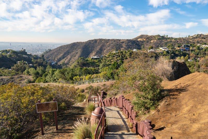 Лестницы на смотровой площадке на Hollywood Hills кот день наблюдает сидит солнечный вал теплый Красивые облака в голубом небе стоковое изображение