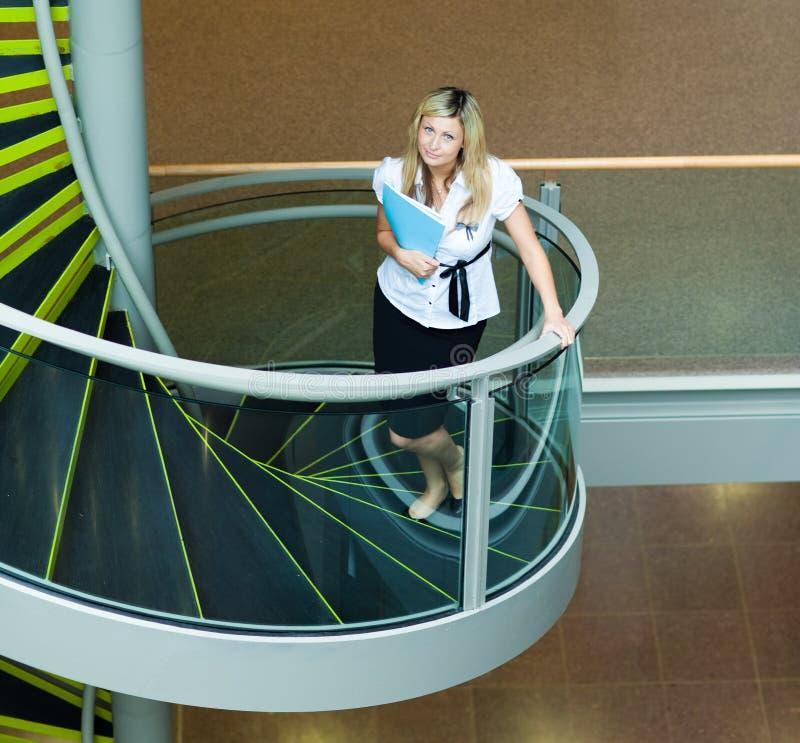 лестницы офиса коммерсантки вверх гуляя стоковые изображения rf