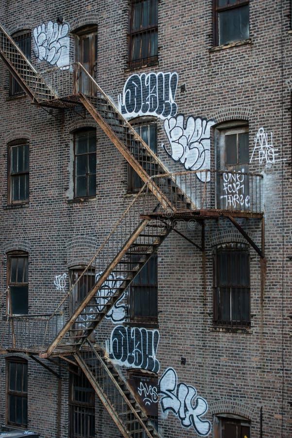 Лестницы пожарной лестницы на старом экстерьере здания в Нью-Йорке, Манхаттане стоковая фотография rf