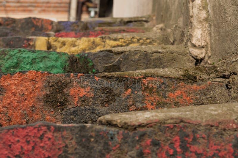 Лестницы покрашенные в радуге красят предпосылку стоковая фотография rf