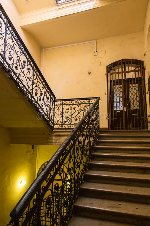 Лестницы старого здания стоковые фотографии rf