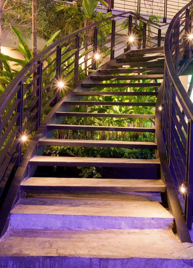 Лестницы стиля минимализма с освещением ночи стоковое фото