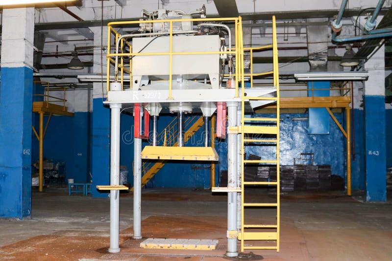 Лестницы с шагами и полки с перилами и танками оборудования на промышленном химикате рафинадного завода петрохимическом стоковое изображение rf