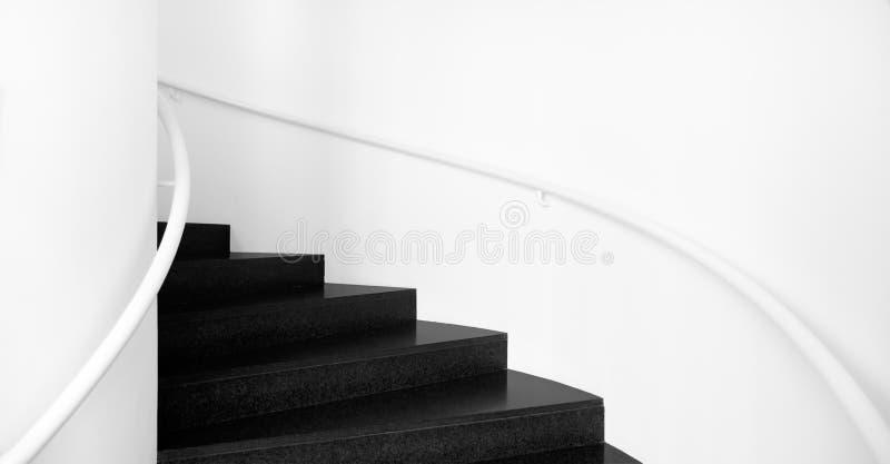 лестницы черноты вниз поднимают белизну стоковые фотографии rf