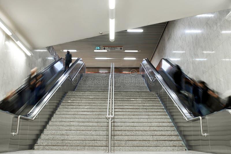 Лестницы эскалатора с толпой стоковое фото