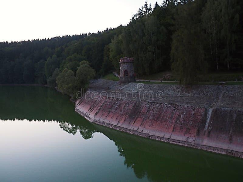 Лес королевства резервуар запруды долины на Эльбе построенной в 1920 Оно расположено около деревни Tešnov стоковое фото