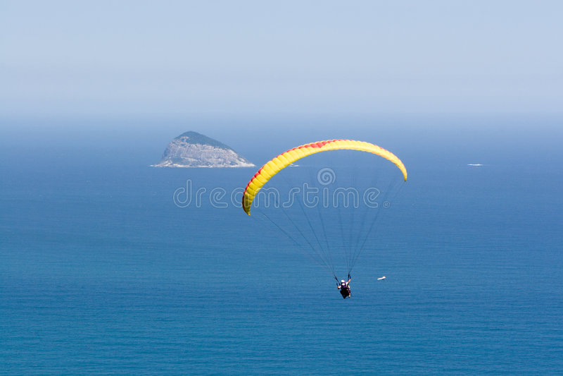 летает океан над парапланом стоковая фотография rf