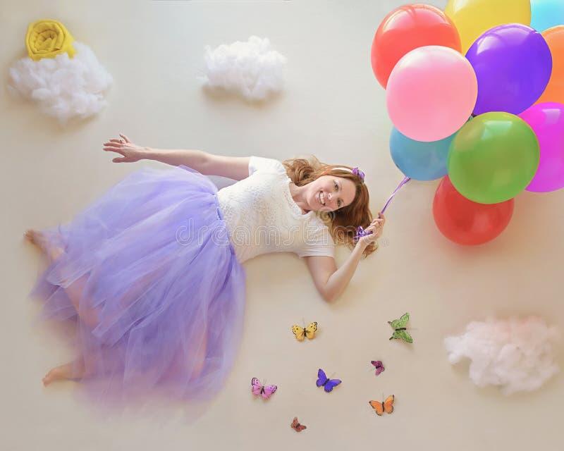 Летание дамы с воздушными шарами стоковая фотография rf