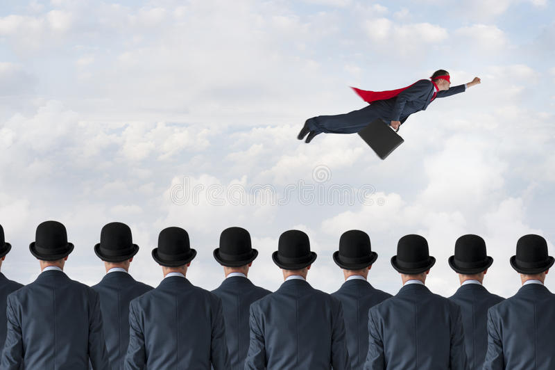 Летание бизнесмена супергероя концепции прогресса дела в небе стоковые изображения