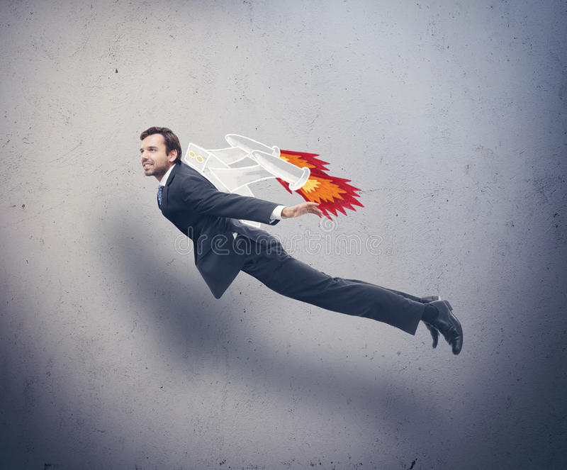 Летание бизнесмена с рюкзаком ракеты стоковое изображение