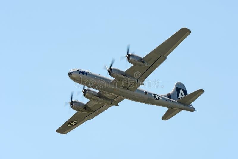 Летание бомбардировщика FiFi B-29 во время авиасалона стоковое изображение