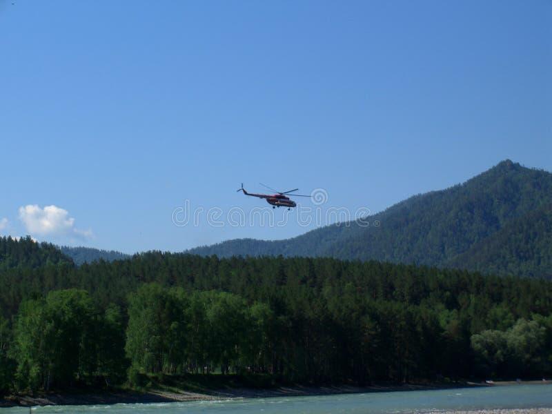Летание вертолета спасения над горами ландшафта Altai сценарного стоковые фото
