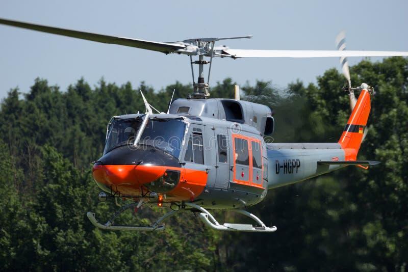 Летание вертолета колокола 212 стоковая фотография