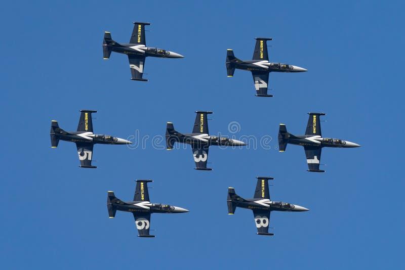 Летание воздушных судн тренера двигателя альбатроса команды Aero L-39C двигателя Breitling в образовании стоковые изображения