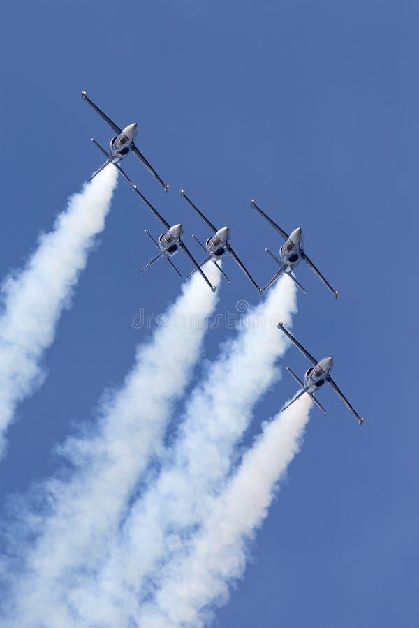 Летание воздушных судн тренера двигателя альбатроса команды Aero L-39C двигателя Breitling в образовании стоковое фото rf