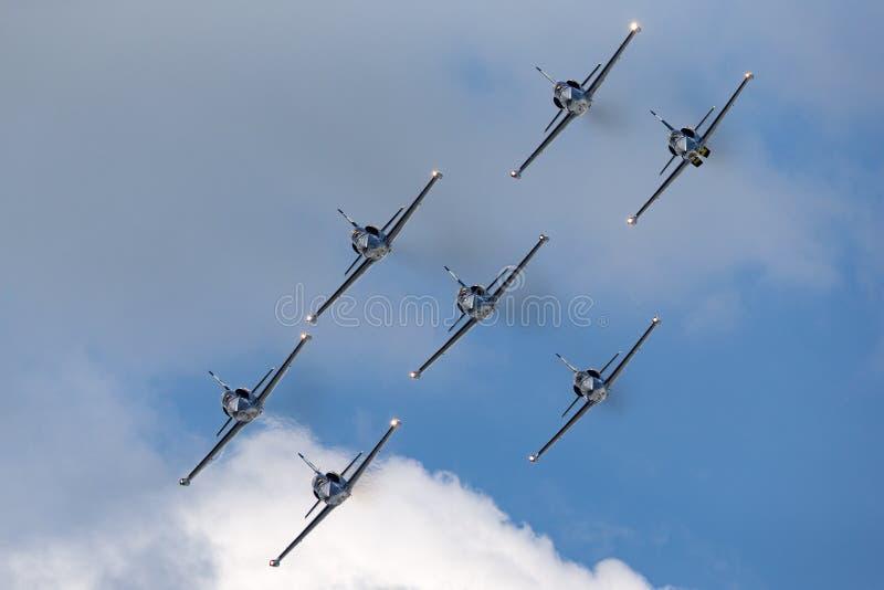 Летание воздушных судн тренера двигателя альбатроса команды Aero L-39C двигателя Breitling в образовании стоковые фото