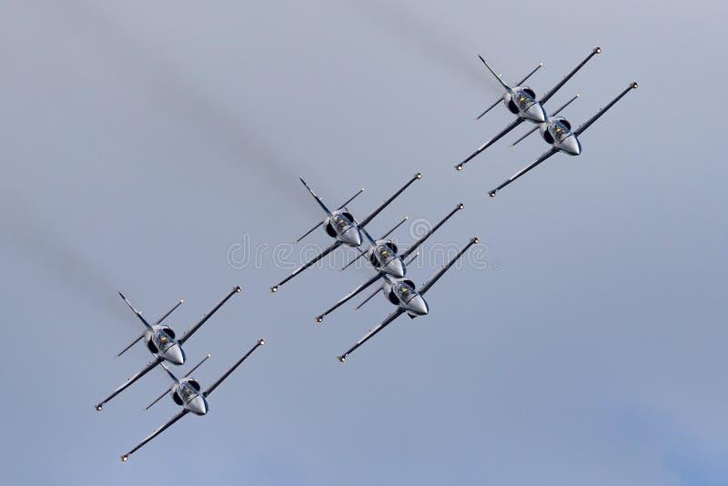 Летание воздушных судн тренера двигателя альбатроса команды Aero L-39C двигателя Breitling в образовании стоковое изображение