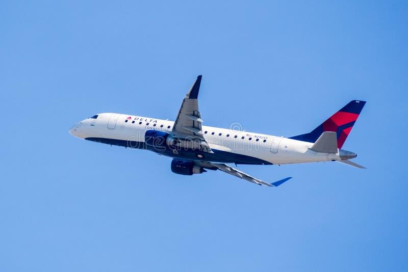 Летание воздушных судн Delta Airlines на солнечный день стоковое фото rf
