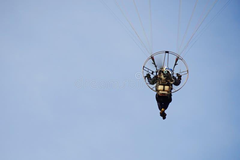 Летание в голубом небе, вид сзади параплана стоковая фотография rf
