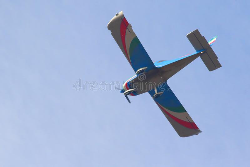 Летание в голубом небе стоковые фото