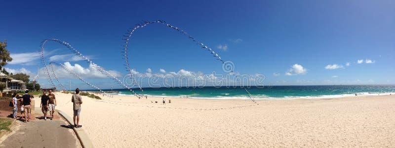 Летание змея на панораме пляжа города стоковые изображения