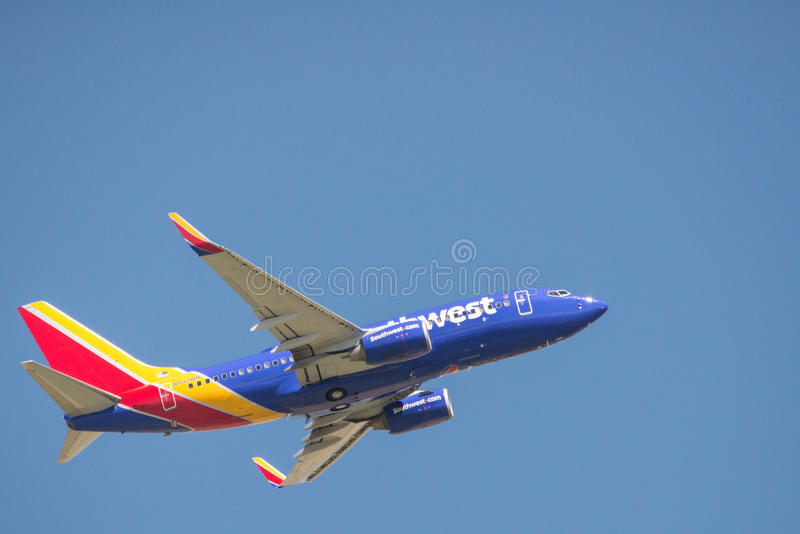 Летание коммерчески самолета в голубом небе стоковое изображение