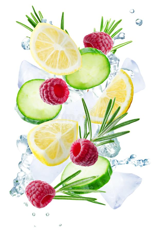 Летание лимона, огурца, поленики и розмаринового масла с льдами и wat стоковое фото