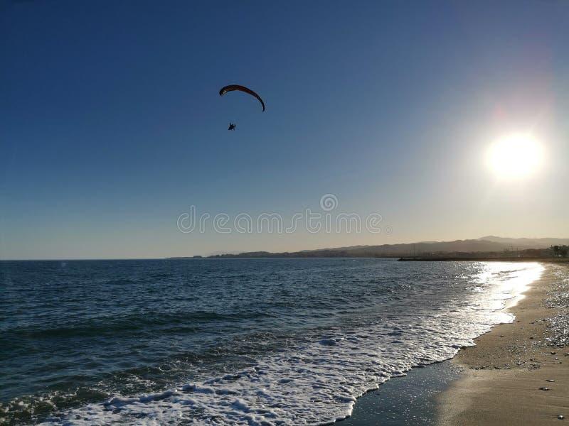 Летание на пляже стоковое фото rf