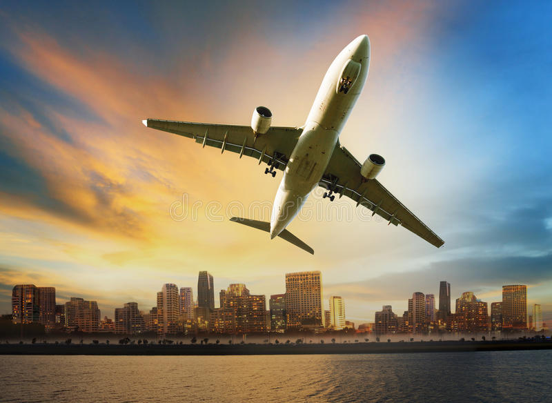 Летание пассажирского самолета над городской пользой сцены для воздуха удобства стоковые изображения rf