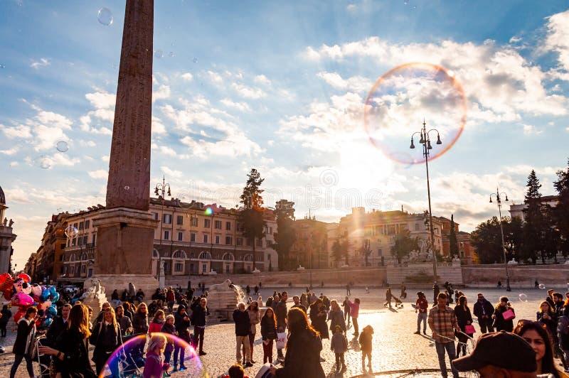 Летание пузырей мыла на Аркаде del Popolo, квадрате людей в Риме полном счастливых положительных людей, туристов и locals с римск стоковая фотография